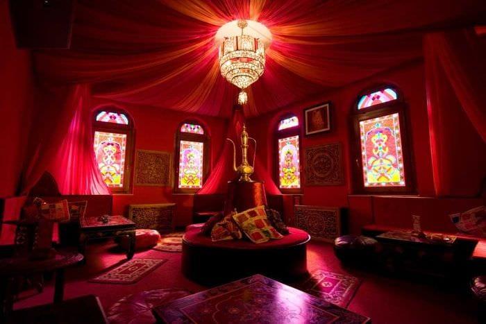 яркий фасад гостиной в восточном стиле
