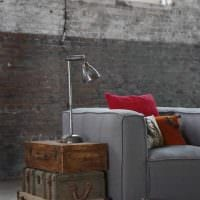 яркий интерьер квартиры со старыми чемоданами картинка