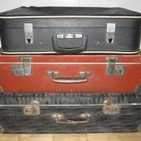 светлый дизайн комнаты со старыми чемоданами фото