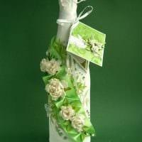 яркое украшение стеклянных бутылок декоративными ленточками картинка