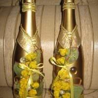 шикарное украшение стеклянных бутылок разноцветными ленточками фото