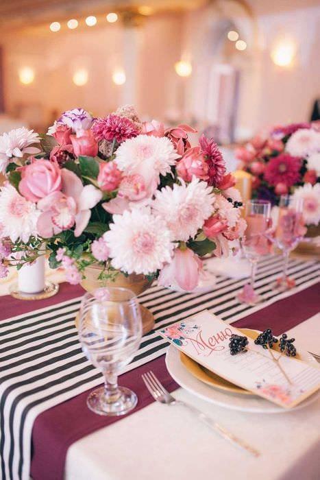 современное декорирование свадебного зала цветами
