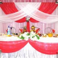 яркое декорирование свадебного зала ленточками фото
