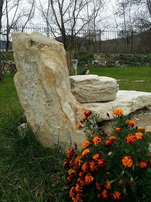 необычное оформление декора дачи камнями