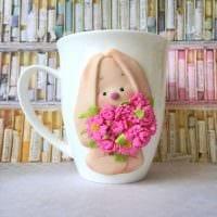оригинальное декорирование кружки цветами из полимерной глины в домашних условиях картинка