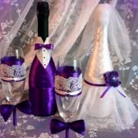 яркое украшение стеклянных бутылок разноцветными ленточками картинка