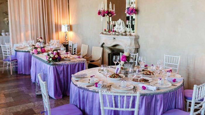 светлое украшение свадебного зала шариками