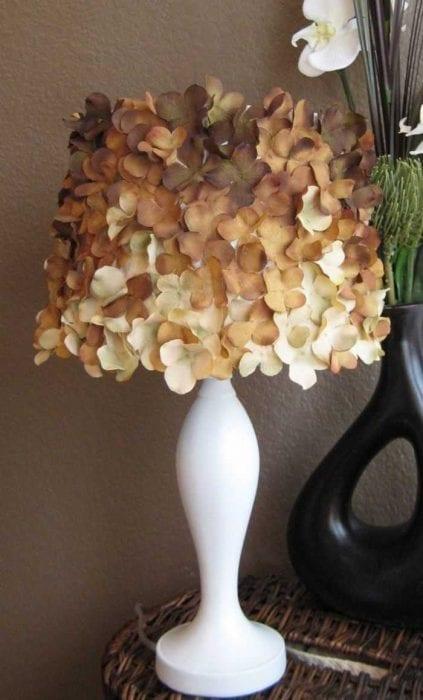 оригинальное украшение абажура лампы подручными материалами