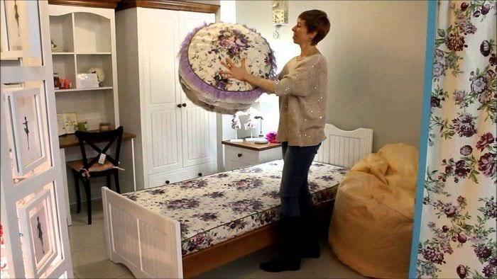 яркое декорирование интерьера комнаты в стиле прованс