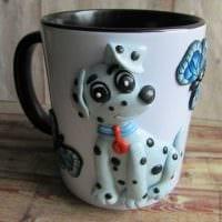 оригинальное декорирование кружки животными из полимерной глины в домашних условиях картинка