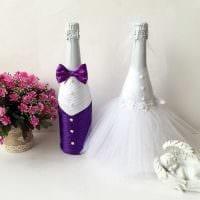шикарное украшение стеклянных бутылок декоративными ленточками картинка
