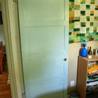 красивое декорирование входных дверей подручными материалами картинка