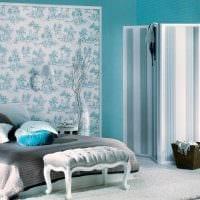 светлый интерьер спальни в голубом цвете фото