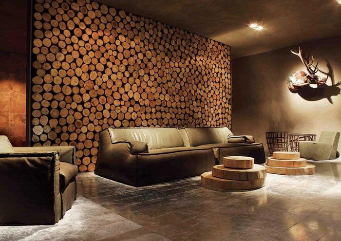 светлый дизайн гостиной со спилами дерева