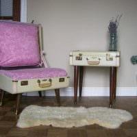необычный дизайн спальни со старыми чемоданами фото