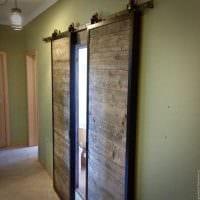 необычный дизайн спальни со старыми досками фото