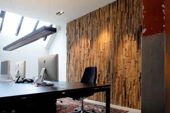 светлый декор гостиной со стеновыми панелями