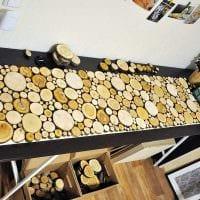 светлый дизайн гостиной со спилами дерева картинка