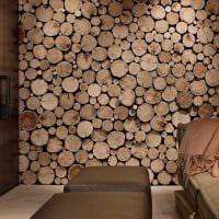 яркий интерьер комнаты со спилами дерева фото