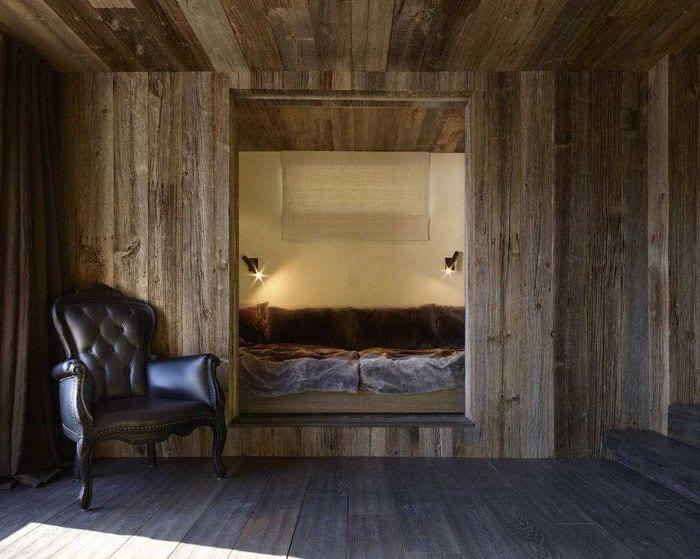 красивый декор спальни со старыми досками