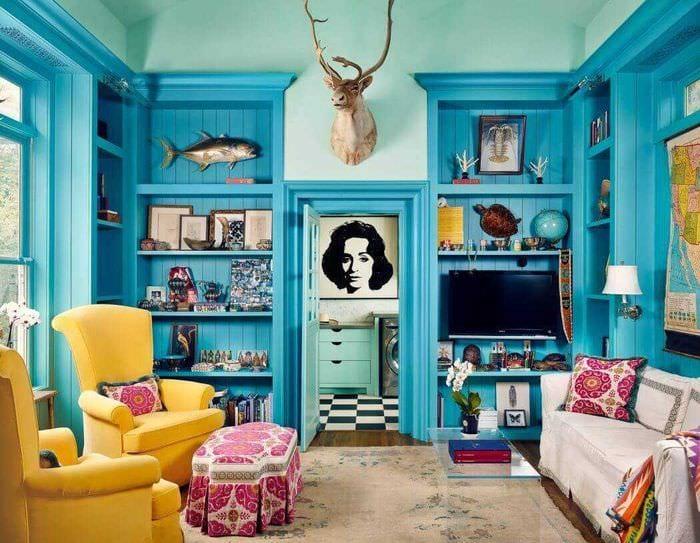 яркий дизайн гостиной в голубом цвете