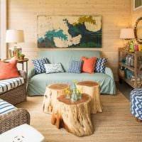 светлый дизайн квартиры со спилами дерева картинка