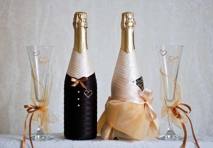 яркое украшение бутылок декоративными ленточками