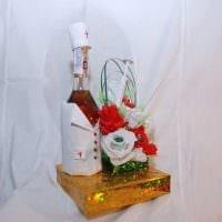 яркое оформление бутылок шампанского декоративными ленточками фото