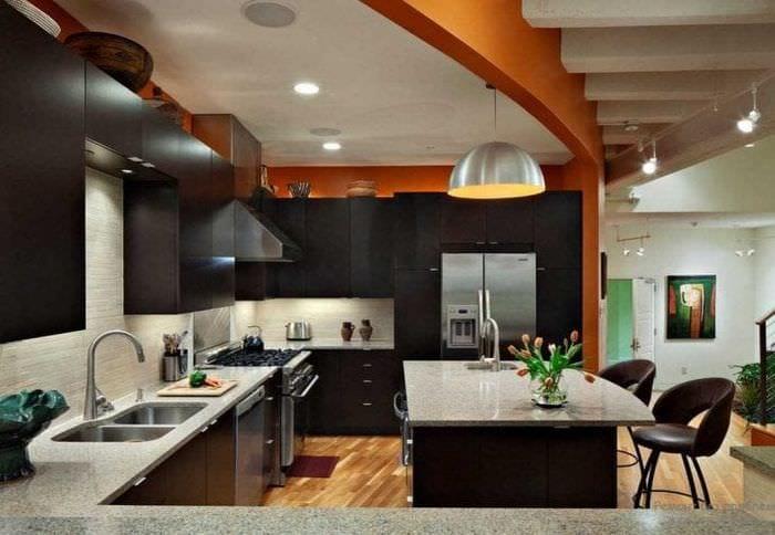 сочетание светлого оранжевого в дизайне квартиры с другими цветами