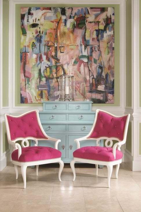 сочетание темного розового в стиле гостиной с другими цветами