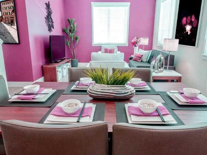 сочетание яркого розового в интерьере спальни с другими цветами