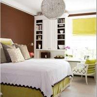 комбинирование ярких цветов в интерьере спальни картинка
