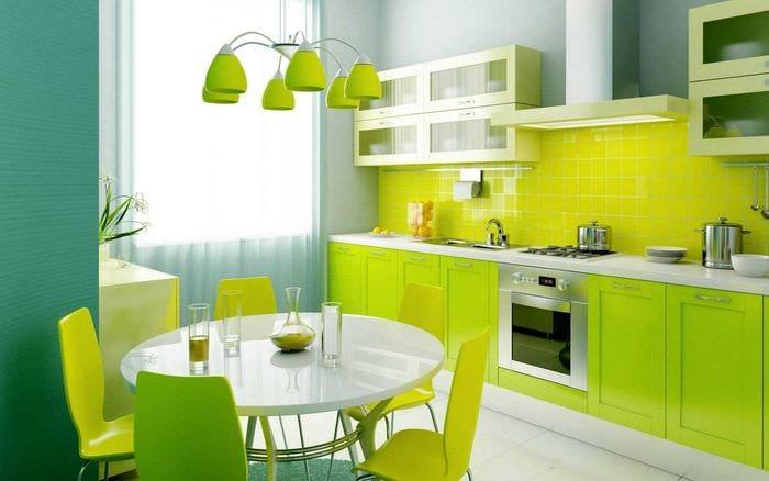 комбинирование ярких оттенков в фасаде кухни