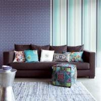 сочетание ярких обоев в дизайне гостиной комнаты фото