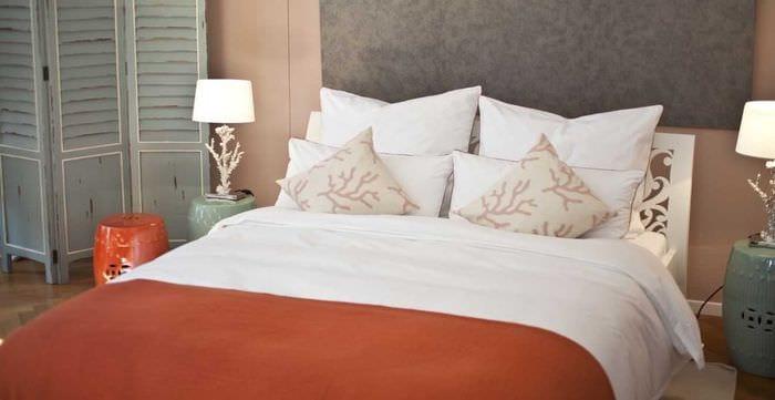 сочетание темных тонов в дизайне спальни