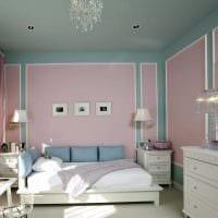 комбинирование ярких штор в интерьере спальни фото