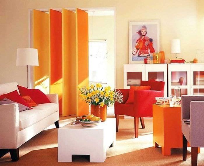 сочетание светлого оранжевого в дизайне гостиной с другими цветами