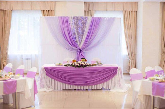 прекрасное украшение свадебного зала ленточками