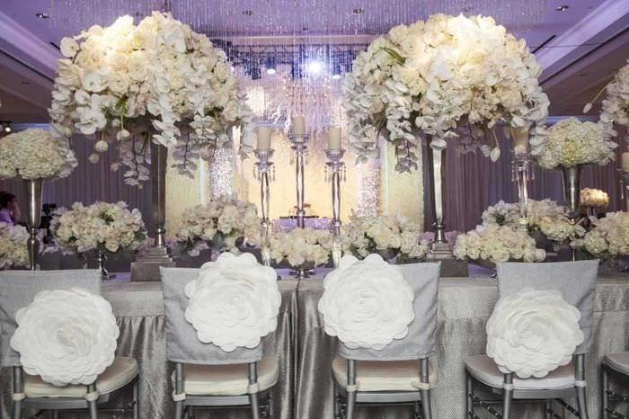 необычное декорирование зала цветами