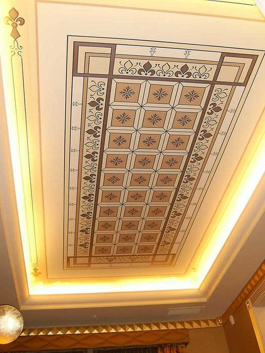 классическое декорирование потолка рисунком