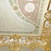 классическое декорирование потолка дополнительном светом фото