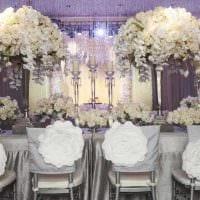 яркое оформление свадебного зала цветами картинка
