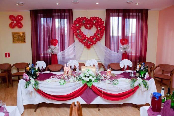 современное украшение свадебного зала цветами