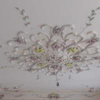 светлое оформление потолка дополнительном светом картинка