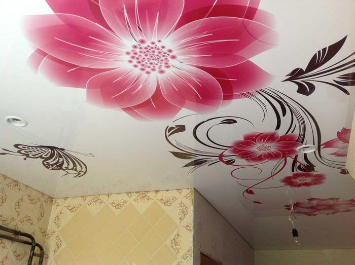 классическое декорирование потолка аксессуарами