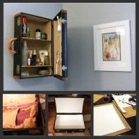 яркий интерьер комнаты со старыми чемоданами фото
