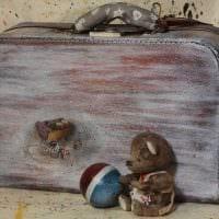 оригинальный декор гостиной со старыми чемоданами фото