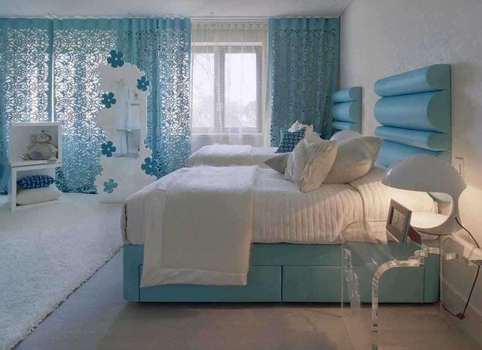 оригинальный интерьер спальни в голубом цвете