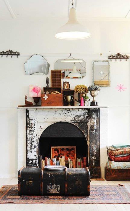 необычный декор спальни со старыми чемоданами