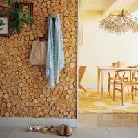 светлый дизайн комнаты со спилами дерева картинка
